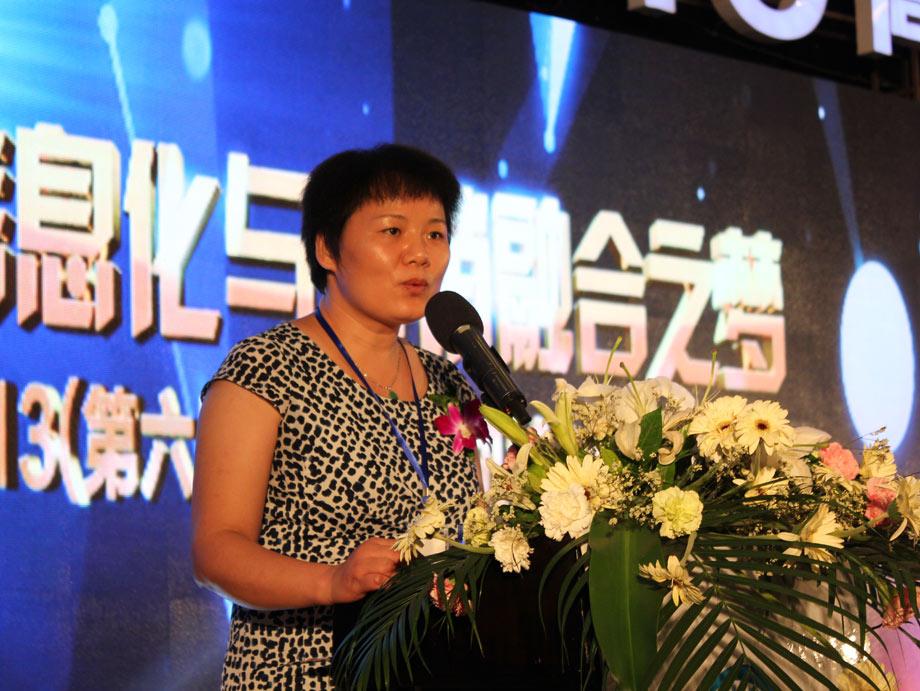 """中国工程机械工业协会副秘书长尹晓荔在致辞中表示:""""作为行业协会,我们将一如既往地发挥组织和纽带作用,大力支持企业信息化建设,为企业实现整个供应链的数字化提供政策支持。我们将与业内同仁们携手并肩,凝聚更多的智慧和力量,共同探讨行业信息化发展方向,深入交流如何利用互联网信息化技术促进企业提升市场竞争力,共同为中国工程机械行业持续健康发展而努力!"""