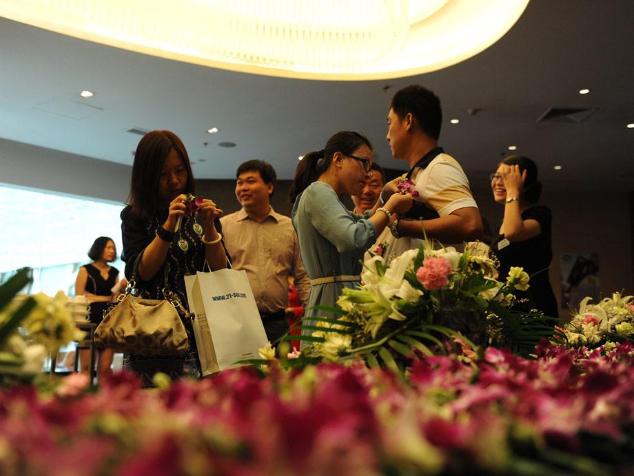 """2013年8月29日,青岛,红瓦绿树,碧海蓝天。由中国工程机械商贸网主办的第六届中国工程机械CIO高峰论坛在青岛隆重召开。近200位来自国内外工程机械行业知名整机生产厂家CIO及代理商、顶级的数字服务商、专家、学者欢聚一堂,以""""信息化与营销的融合之梦""""为主题,就如何让信息化建设为企业产生更大价值及整合立体化数字营销,使其成为企业新的盈利主力军等新锐前沿的话题进行了深入的互动研讨。这一天,这座啤酒飘香的黄海明珠之城青岛因为CIO而散发出更加迷人的科技魅力。"""