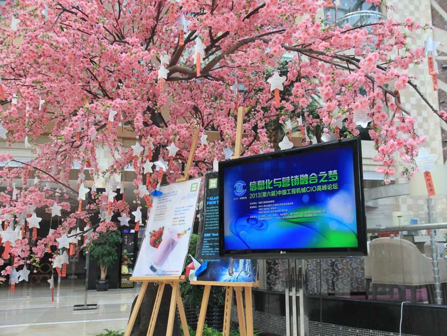 2013年8月29日,青岛,红瓦绿树,碧海蓝天。由中国工程机械商贸网主办的第六届中国工程机械CIO高峰论坛在青岛隆重召开。今天,移动互联网、大数据、社交网络、云计算、3D打印等新技术正在深刻地影响着整个世界,并正在帮助企业快速响应市场,提升人力效率,驱动商业模式、运营模式和管理模式的创新。