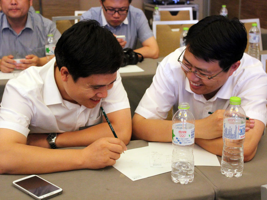 """2013年8月29日,青岛,红瓦绿树,碧海蓝天。由中国工程机械商贸网主办的第六届中国工程机械CIO高峰论坛在青岛隆重召开。近200位来自国内外工程机械行业知名整机生产厂家CIO及代理商、顶级的数字服务商、专家、学者欢聚一堂,以""""信息化与营销的融合之梦""""为主题,就如何让信息化建设为企业产生更大价值及整合立体化数字营销,使其成为企业新的盈利主力军等新锐前沿的话题进行了深入的互动研讨。"""