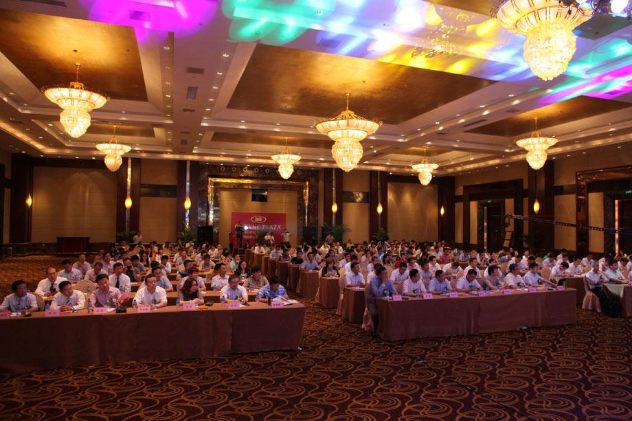 2014年7月17日,由中国工程机械商贸网主办的第七届中国工程机械CIO高峰论坛在山东烟台成功召开。作为工程机械转型升级亲历者的CIO们,在电商换市的大背景下,那就是如何运用甚至创造条件,推动企业的转型发展,成为此次大会的焦点。