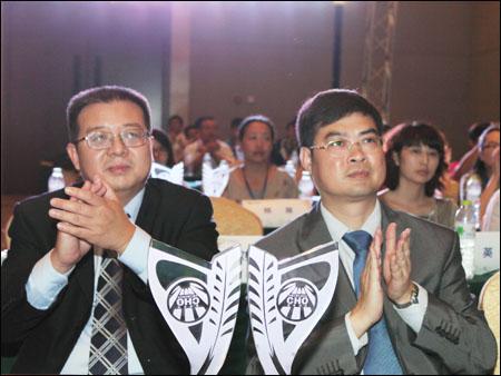 2012中国工程机械行业雇主品牌评选发布会获奖嘉宾与奖杯合影